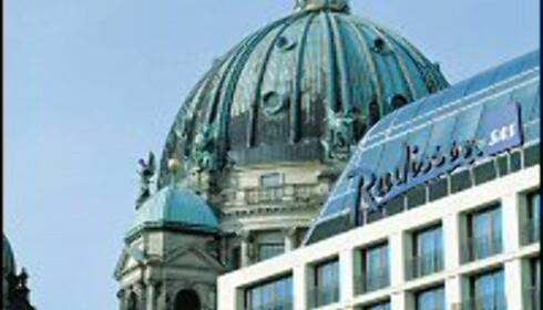 Radisson SAS Hotel Berlin ligger vegg i vegg med Berlinerdomen. Unter den Linde, Friedrichstrasse og Hackeshe Markt er heller ikke langt unna.
