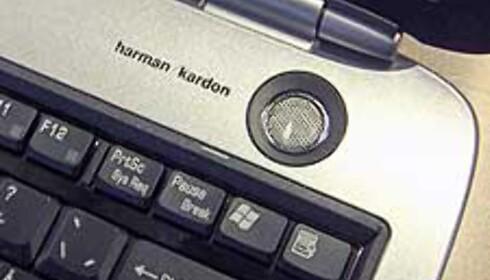 Høyttalerne har en meget fin plassering, og er signert Harman/Kardon.