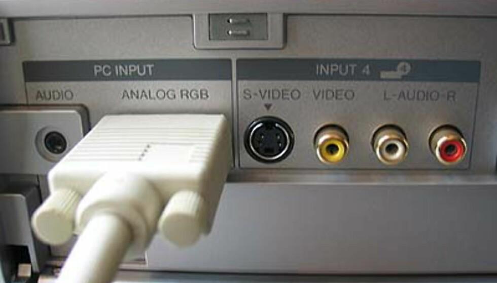 PC-inngangen er i fronten av medieboksen, og skjules bak et vippedeksel når den ikke er i bruk.
