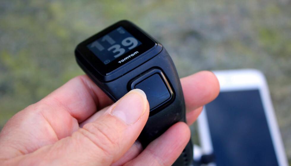 BETJENINGSKNAPPEN: Menyen på klokka betjenes ved å trykke på kantene på denne betjenings-knappen. Det funker greit, selv om vi har opplevd at den har begynt å vandre i menyene fordi vi har kommet borti knappene. Foto: KRISTIN SØRDAL