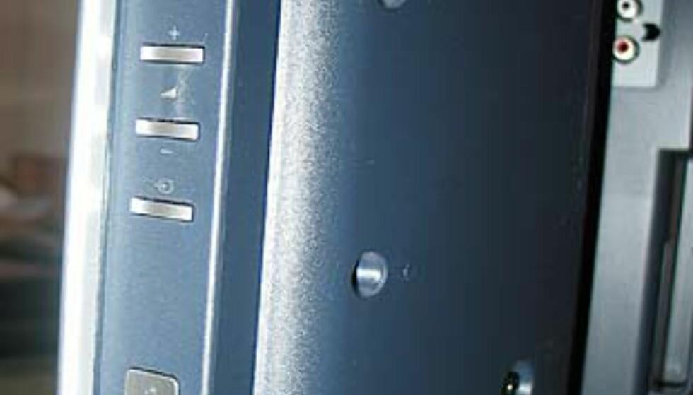 På høyre side av TVen er inngangen til minnekortet. Du skimter komponentinngangene lenger bak. Dette er før dekselet er satt på.