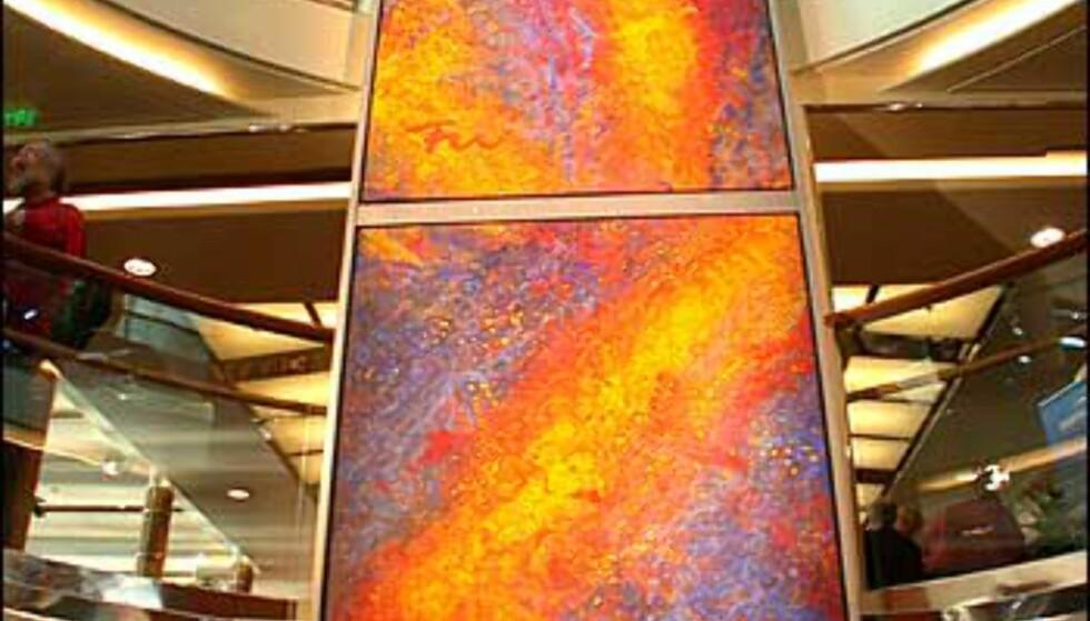 Her ser du deler av Frans Widerbergs gedigne malerier i Hurtigruteskipet Mitnatsols atrium.