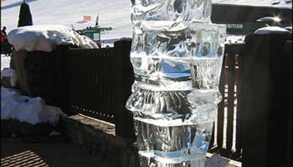 Isskulpturer og snøfigurer pryder gatene så lenge snøen holder.