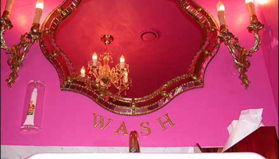 Knallende rosa, gull, krystall og frekt undertøy på veggen. Vi skal ikke være i tvil om at dette er damenes budoar.