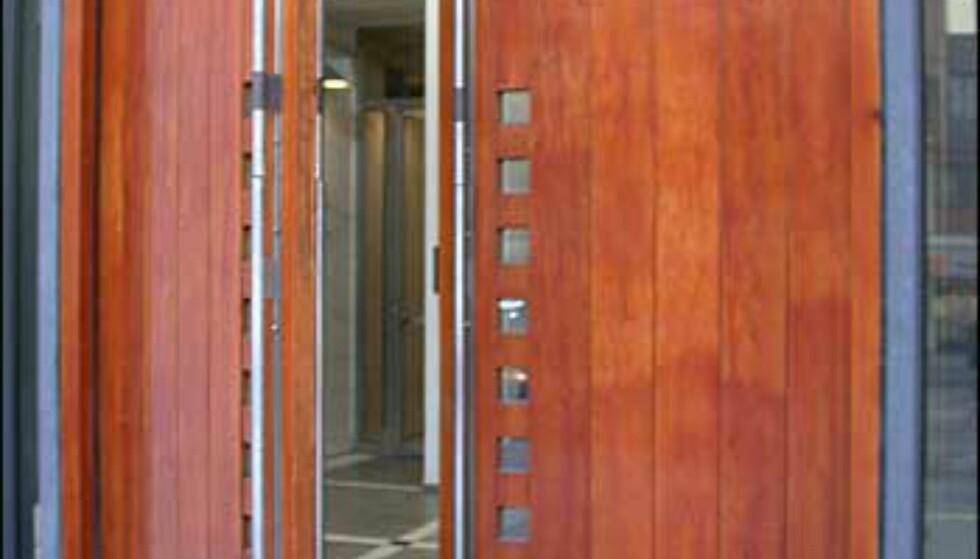 Bak denne døren, Tinghusets inngang, skjuler nemlig kaffebarens toalett seg, og på veien må du forsere en tøff securitasvakt.