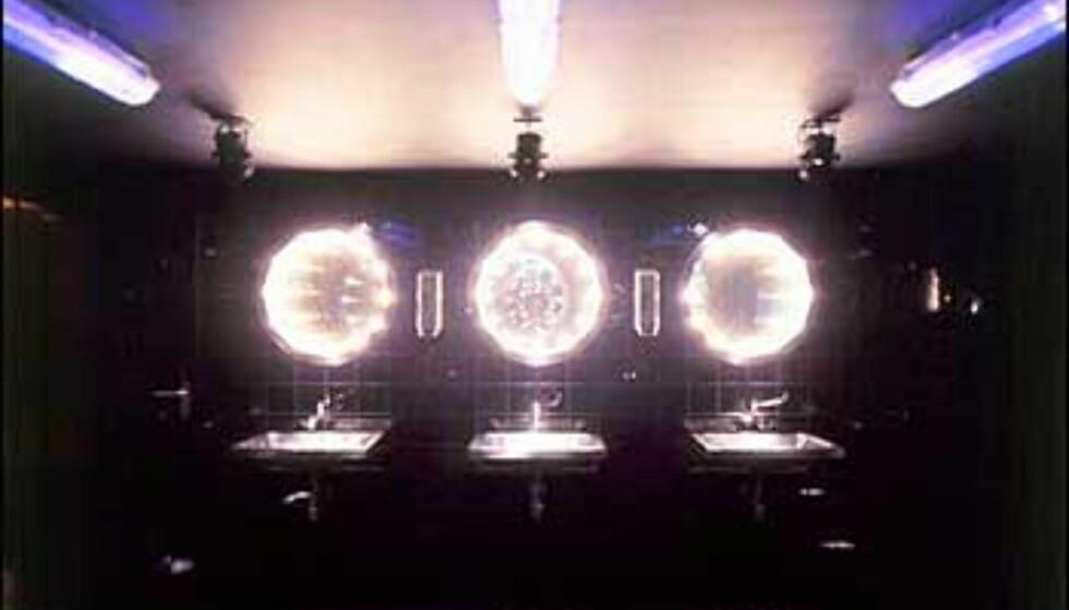 Bak koøyene lurer baren, og nysgjerrige gjester som utnytter enveisspeilene. Foto: Supperclub.com Foto: Supperclub