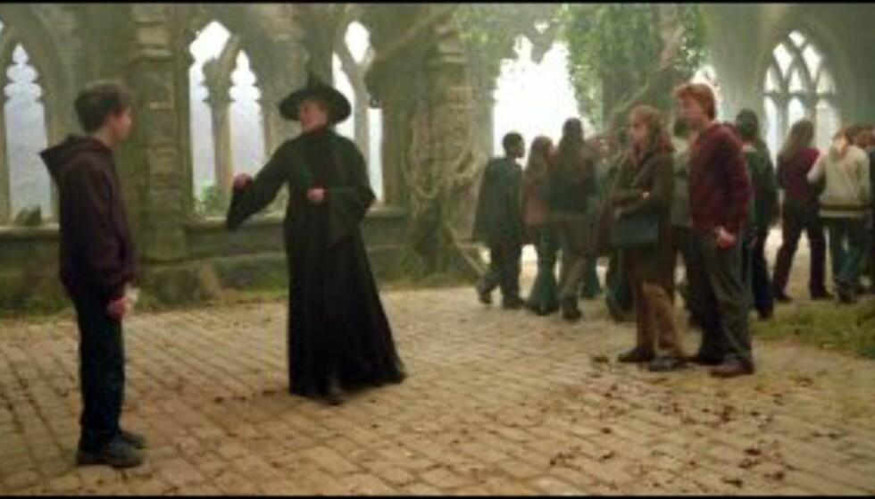 Professor Minerva McSnurp (Dame Maggie Smith) må nok en gang irettesette Harry Potter. Bildet er gjengitt med tillatelse fra Warner Bros. og Sandrew Metronome Foto: Warner Bros. og Sandrew Metronome