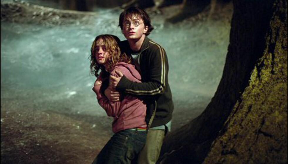 Hermine (Emma Watson) og Harry (Daniel Radcliffe) kommer stadig opp i skumle situasjoner. Bildet er gjengitt med tillatelse fra Warner Bros. og Sandrew Metronome Foto: Warner Bros. og Sandrew Metronome
