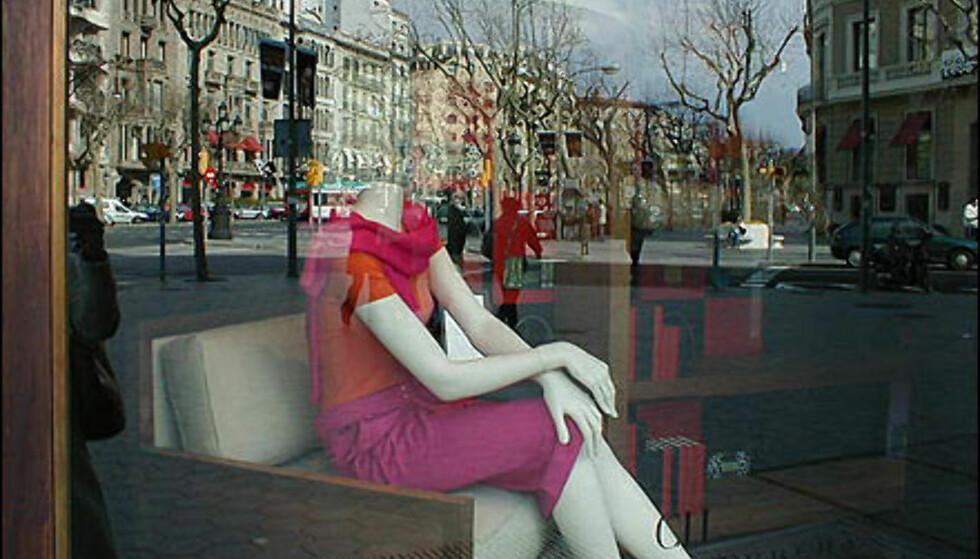 I Passeig de Gràcia i bydelen Eixample er det de store designerne som råder. Carolina Herreras elegante søm er populært i Spania. Foto: Inga Holst
