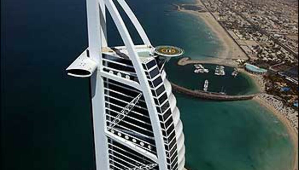 Tiger Woods blir en liten prikk på helikopterdekket høyt oppe på hotellet Burj Al Arab. Foto: Dubai Desert Classic