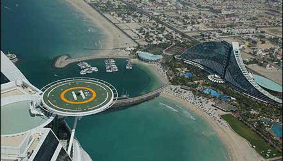 Fristende omgivelser med stjernehotell og stjernegolfer på et brett. I bakgrunnen ser vi femstjerners Jumeirah Beach Hotel. Foto: Dubai Desert Classic