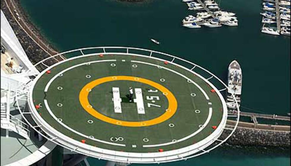 Selv fra mer enn 300 meters høyde ser båtene i havnen ved hotellet store ut. Foto: Dubai Desert Classic