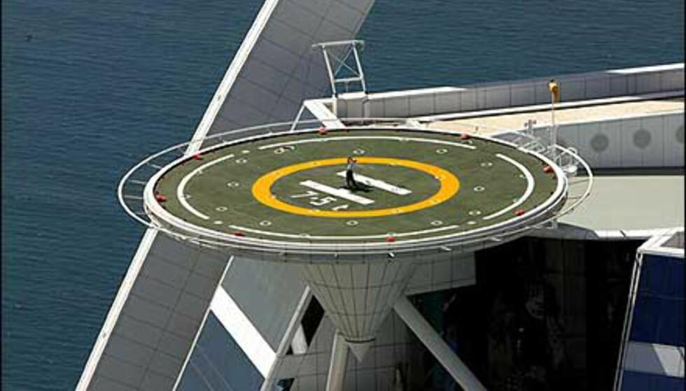 Ut mot havet - golftrening på helikopterdekket. Foto: Dubai Desert Classic