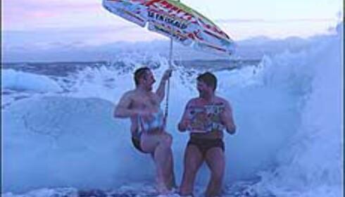 Det hjelper verken med solo eller badebukser her. Brrr! Bildet er tatt i bølgene på Jan Mayen. Foto: Robert Farstad Foto: Robert Farstad