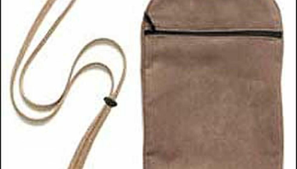 Chester heter denne semsketlignende posen fra Bucky som kan brukes både innenfor og utenfor klærne. Her er det plass til reisedokumenter og penger, og den ser i tillegg  ganske OK ut. Foto: Bucky Foto: Bucky