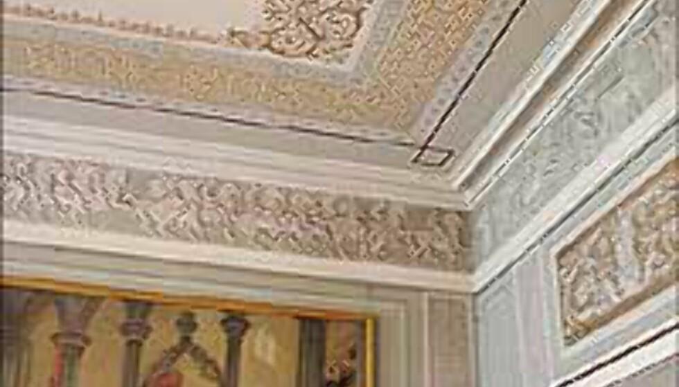 Gull, glitter og stas. Det Kongelige Slott er glamorøst og forseggjort, trass i en meget nøktern fasade.