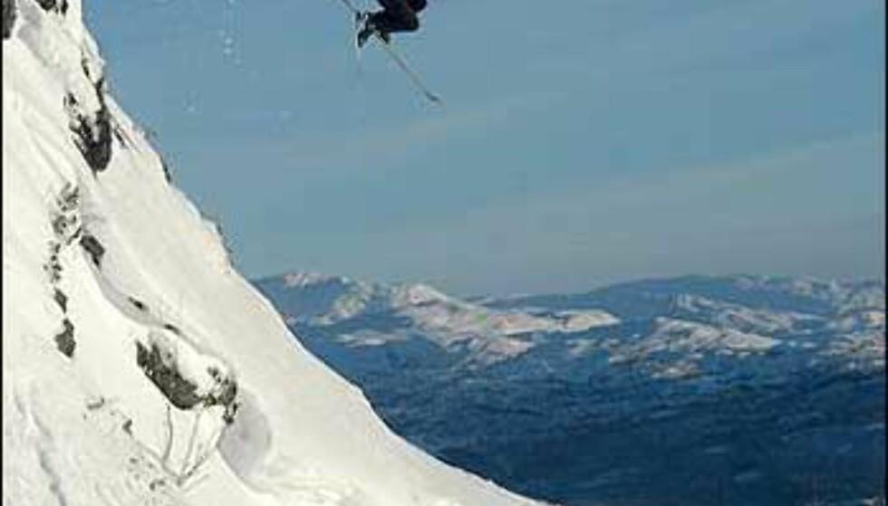 Her bærer det utfor en 5 - 6 meter høy fjellskrent på Voss i januar.  Foto: Kristian Kvamme  Foto: Kristian Kvamme