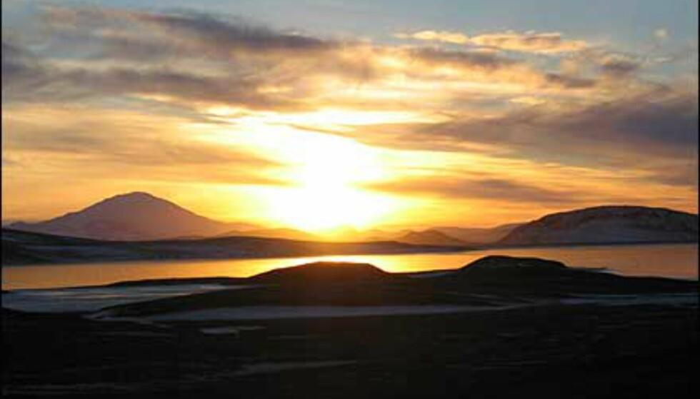 Bildet er tatt på Island i November 2003. Til venstre for sola sees vulkanen Hekla.  Foto: Marit Guttormsen Foto: Marit Guttormsen