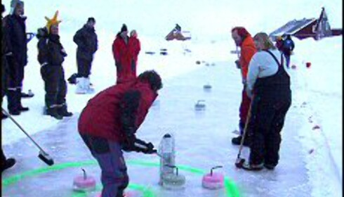 """Curlingturnering i Ny Ålesund på Svalbard. Steinene"""" er støpt av vann og konditorfarge i kakeformer. <I>Foto: Robert Farstad</I> Foto: Robert Farstad"""