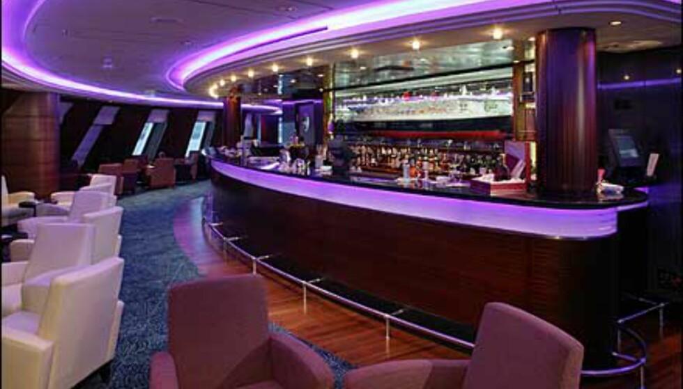 Også baren har fått et mer moderne uttrykk. Heldigvis er det mere Starck enn Stena Line å spore her!