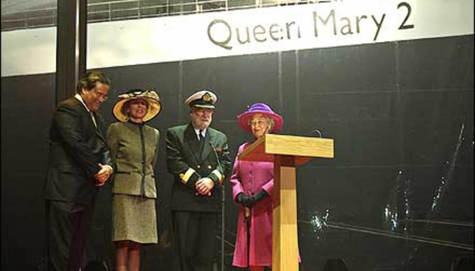 """""""Jeg døper dette skipet «Queen Mary 2». Måtte Gud velsigne det og alle som seiler med det."""" Den britiske monarken døpte luksuslineren."""