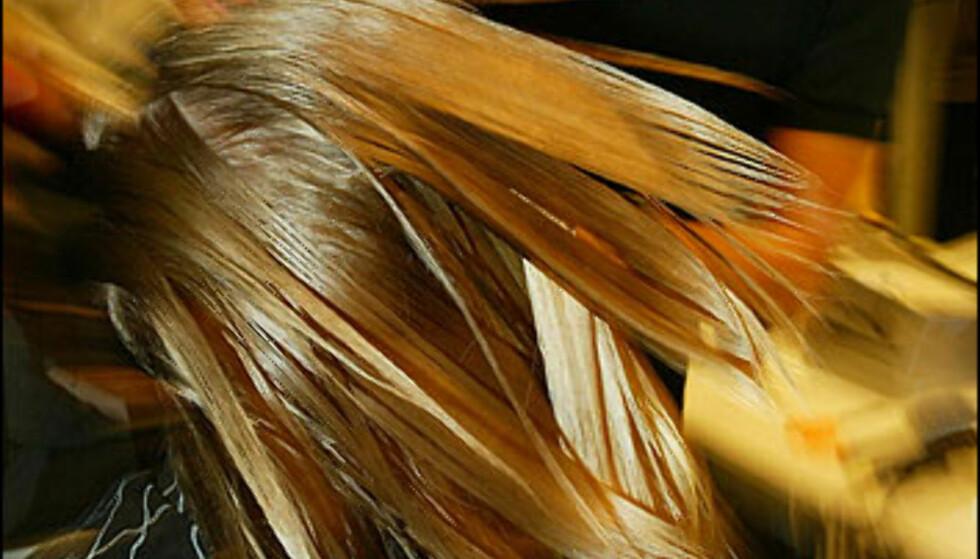 Den spanske designeren Agatha Ruiz de la Prada er kjent for sine fargesterke Marimekko-lignende trykk og mønstre. Her fikser frisøren sveisen før showet startet. Foto: Moda-barcelona.com