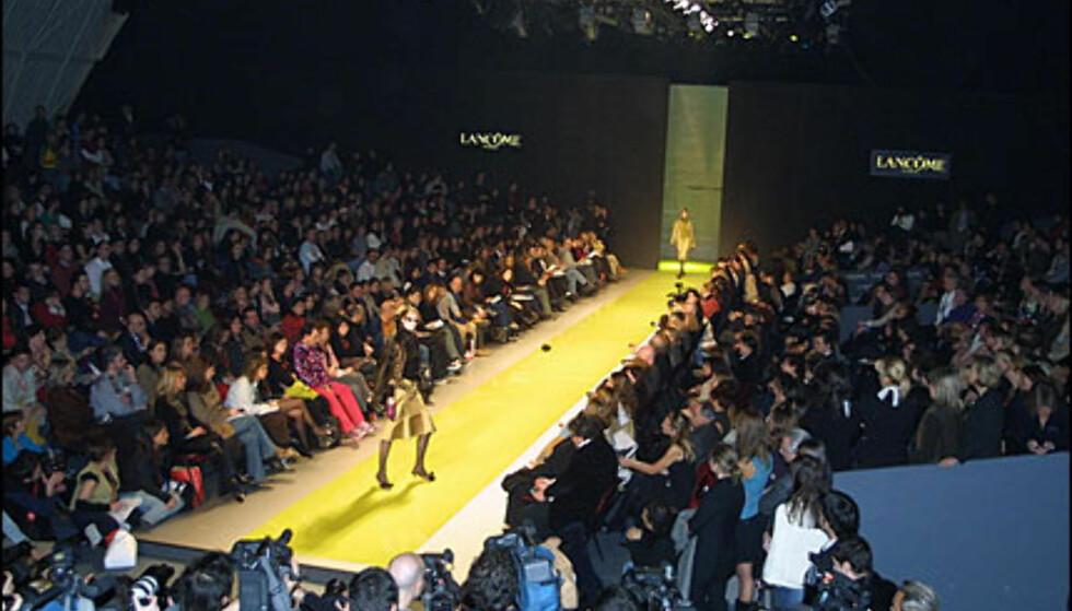 Mote- og pressefolket fylte Pasarela Gaudí under moteuken. Her fra showet til andalusiske duoen Victorio & Lucchino. Foto: Moda-barcelona.com