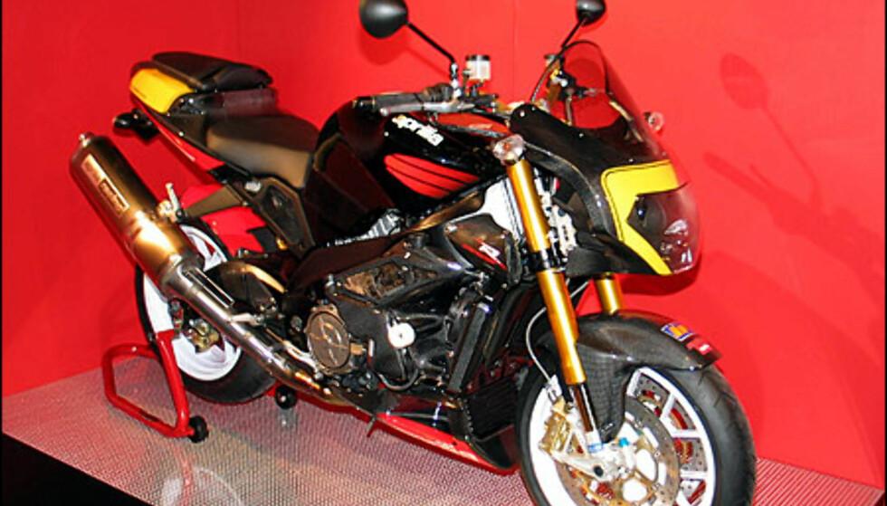 Aprilia RSV Mille Tuono koster 229.00 kroner og er en naken racer. Den har ikke kåpe og går i klassen Streetfighter. Den har en V-twin motor med 126 hestkrefter.