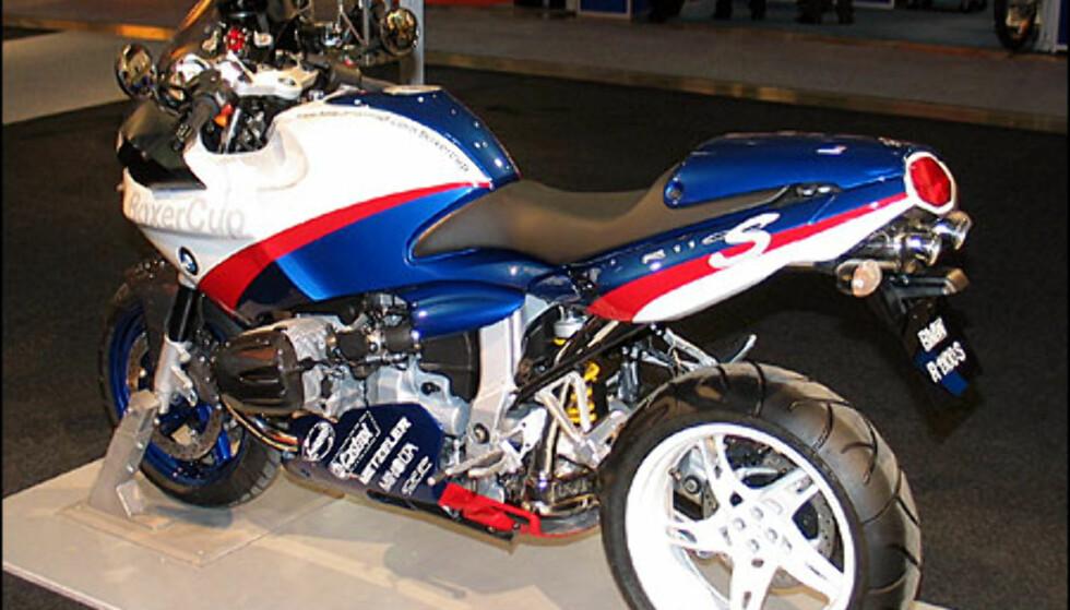 BMW R1100S Boxer Cup Replika er ganske lik en vanlig R1100S bortsett fra dekoren. Den koster 181.400 kroner og har en tosylindret boksermotor med 98 hestekrefter.