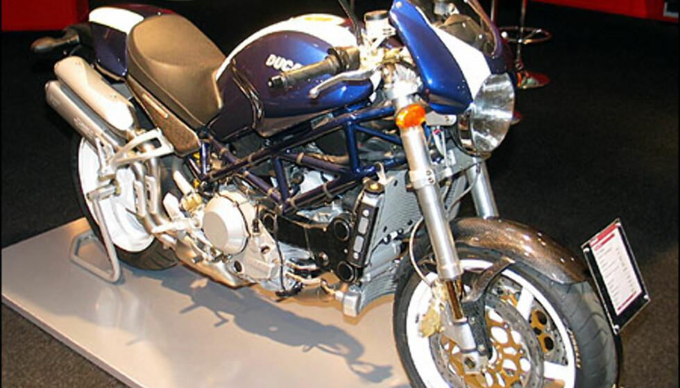 Ducati Monster S4R erstatter S4 og er verstingen i Monster-serien. Den har en L-twin motor med 113 hestekrefter fra en motor på 996 kubikk. Sykkelen koster 186.900 kroner.