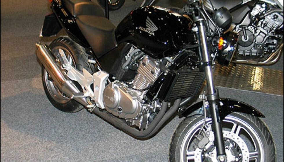 Honda CBF500 har lavt sete og ramme som stammer fra Hornet-modellene. Den passer særlig for nybegynnere og skal være gunstig og forsikre. Den har en paralell-twin motor med 57 hestekrefter og koster 84.900 kroner.