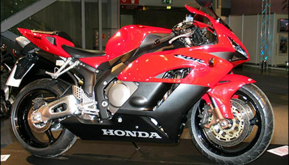 Honda CBR 1000RR er en av de store nyhetene i supersportklassen. Sykkelen veier 179 kilo og motoren yter 180 hestekrefter. At dette er heftig er hevet over en hver tvil. Sykkelen koster 208.900 kroner.