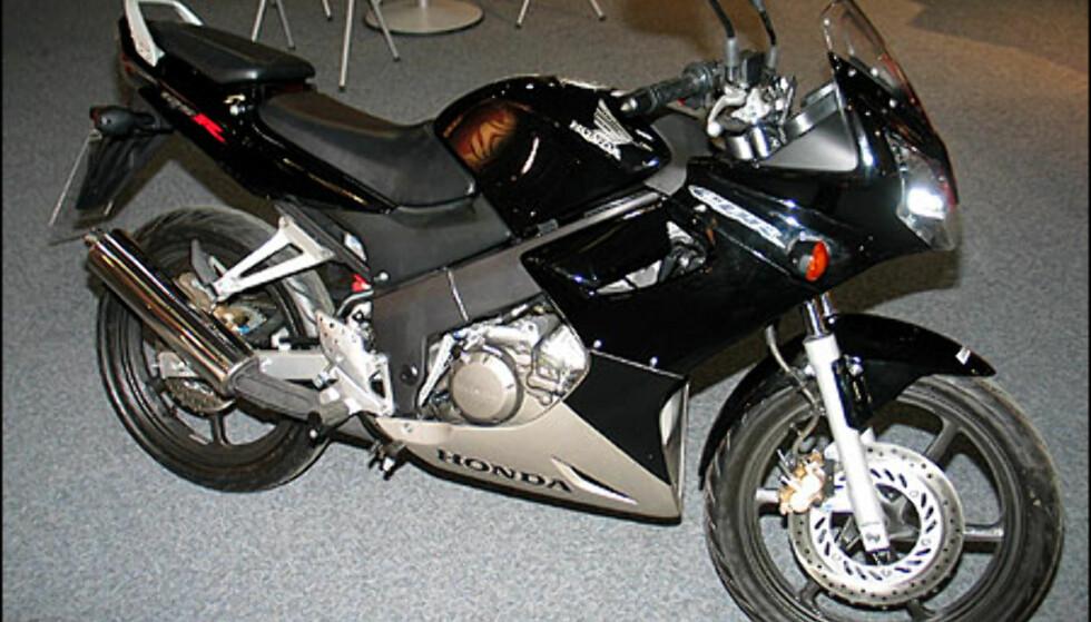 Honda CBR 125R er nok mange 16-åringers drøm. Motoren yter 13 hestekrefter og sykkelen ser ut som en skikkelig racer. Den koster 39.900 kroner.
