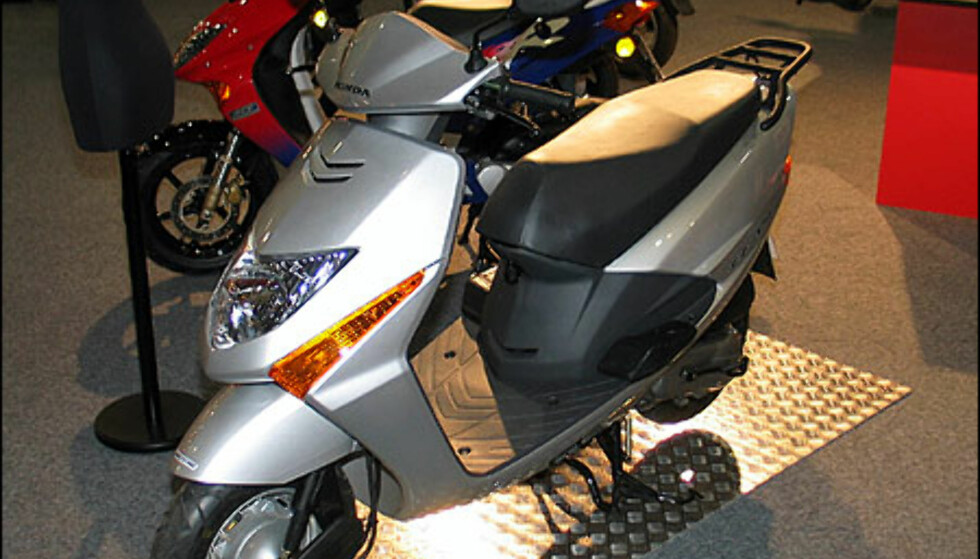 Honda SVC 100 Lead er en ny scooter med motor på 100 kubikk og 7 hestekrefter. Det holder til en toppfart på rundt 100 kilometer i timen. Den koster 24.900 kroner.