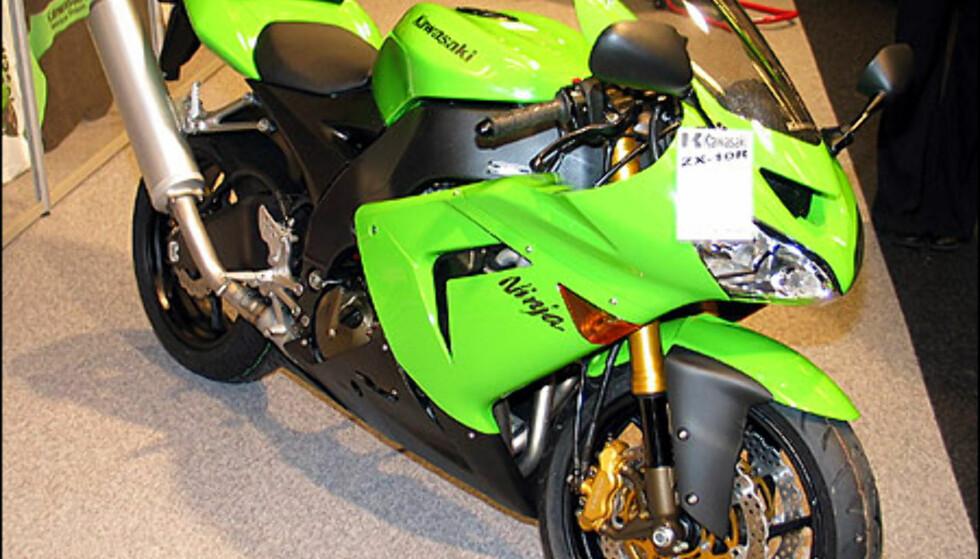 Kawasaki ZX-10R er også en av de nye 1000-kubikerne. Motoren yter 174 hestekrefter og er blant årets gromeste nyheter. Sykkelen koster 207.900 kroner.