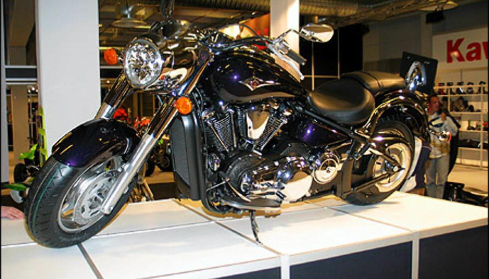 Kawaskai VN2000 har som modellbetegnelsen sier et slagvolum på 2 liter. Motoren yter 103 hestekrefter og har et voldsomt dreiemoment. Sykkelen koster 284.900 kroner.