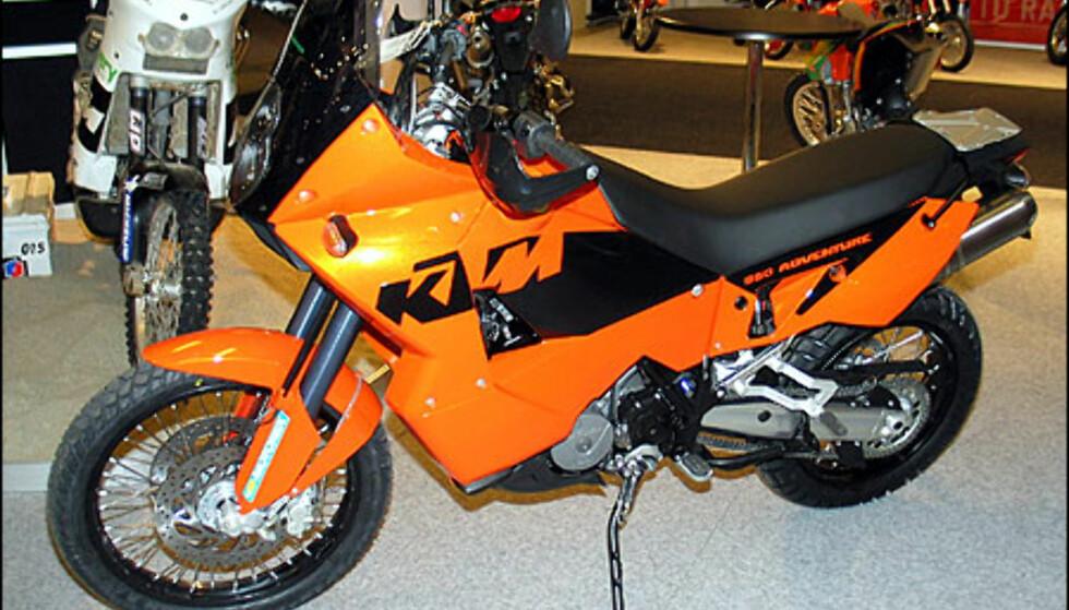 KTM 950 Adventure er for de som drømmer om å være Pål Anders Ullevåseter. Motoren er på 950 kubikk og yter 98 hestekrefter. Den koster 175.700 kroner.