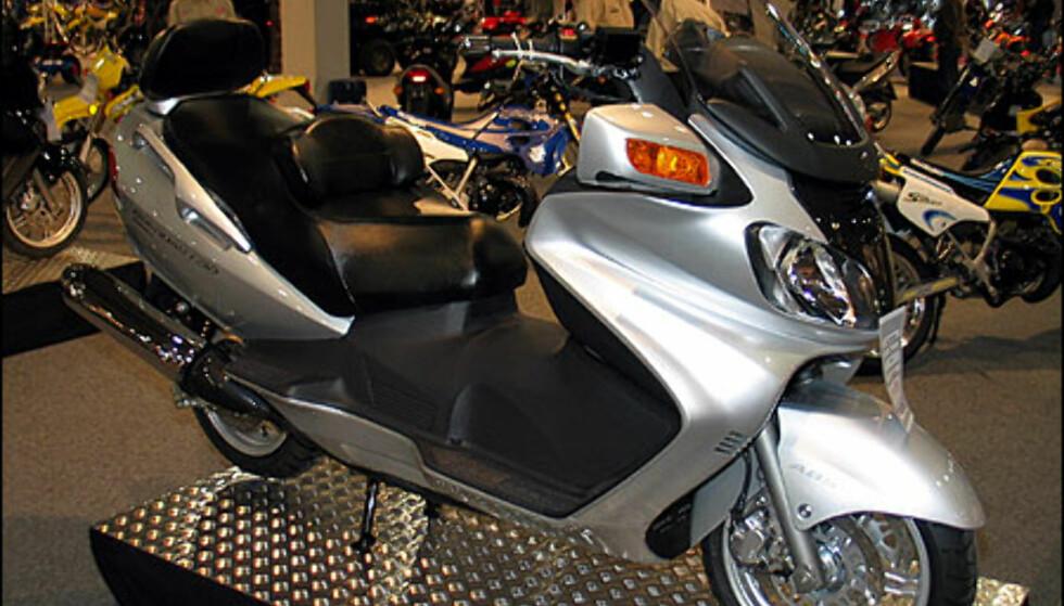 Suzuki Burgman 650 Executive er en skikkelig stor scooter. Den har 50 hestekrefter og er utstyrt med ABS-bremser. Scooteren koster 129.900 kroner.