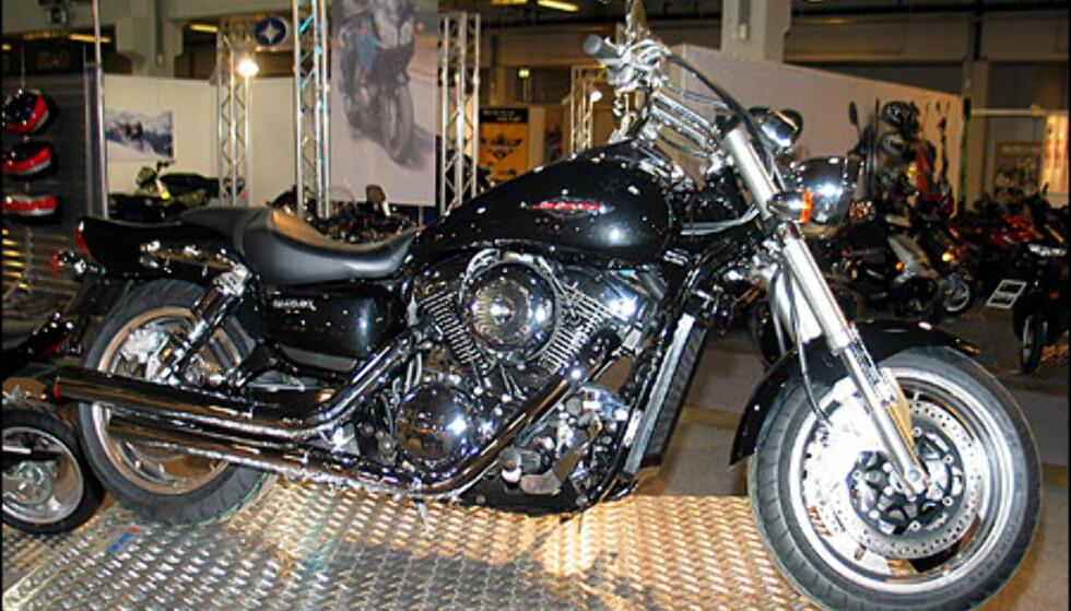 Suzuki Marauder 1600 er et stort skinnende beist fra Suzuki. Motoren yter 73 hestekrefter og sykkelen koster 198.700 kroner.