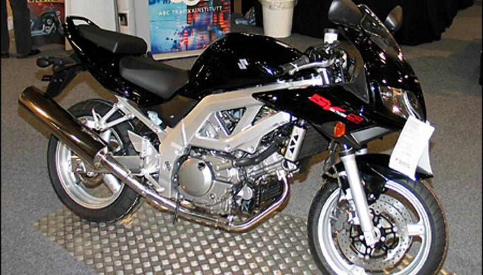 Suzuki SV650S har en romlende V-twin med 73 hestekrefter. Sykkelen koster 109.900 kroner.