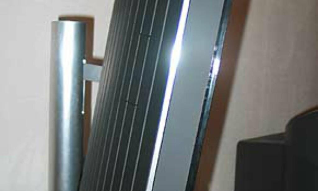 Vippet nedover. Dette er meget praktisk hvis du skal ha TVen på et veggstativ.