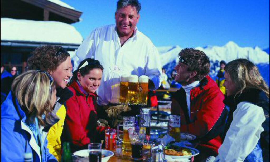 Skummende øl og pene mennesker. Det er kke rart vi nordmenn drar mann av huse til Alpene.