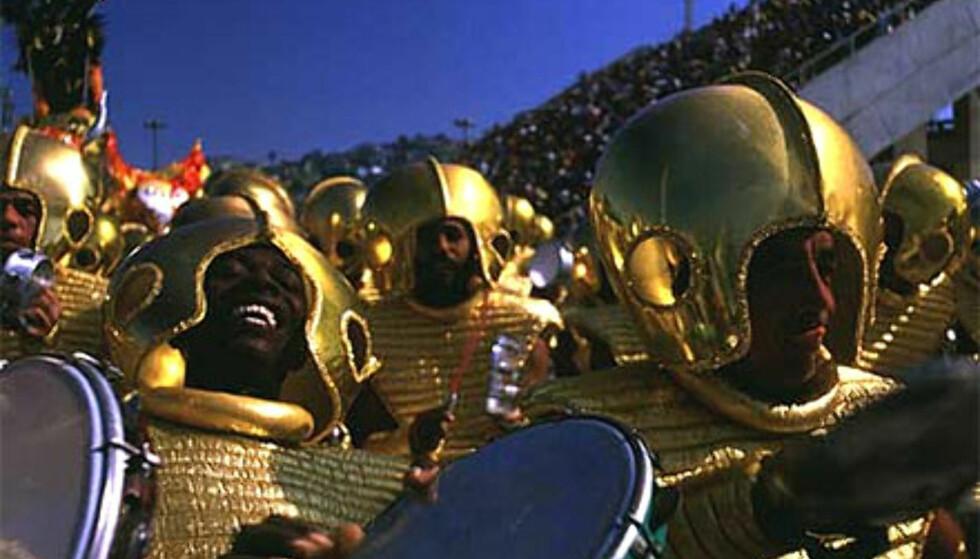 Glitrende opptog er ikke for folk flest - Rios karneval nytes helst fra tribuneplass.  Foto: www.brazil.org.uk Foto: www.brazil.org.uk