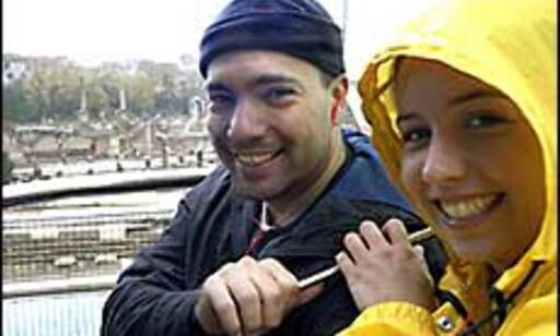 Amerikanske Lucy og Martin dyrker kjærligheten under felles paraply på den toppløse turistbussen linje 110.