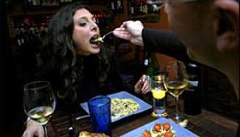 Italiensk mat er en kjærlighetserklæring i seg selv. Francesco og Bianca er faste gjester på La Vecchia Locanda, en turistfri sone med stearinlys og egen vinkjeller. Foto: www.photito.com