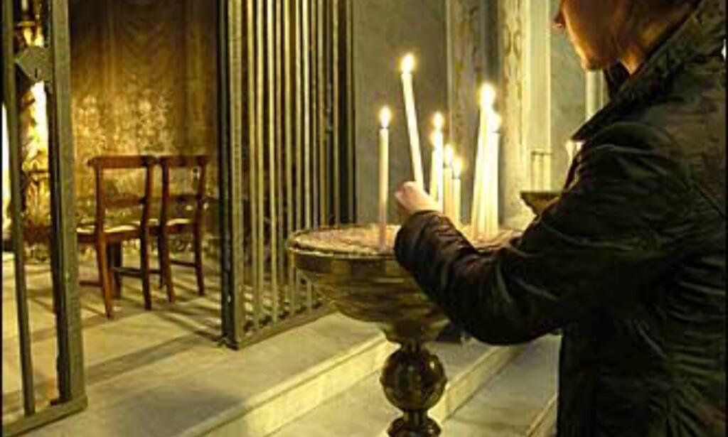 Tenn et lys i en av Romas mange kirker. Foto: www.photito.com