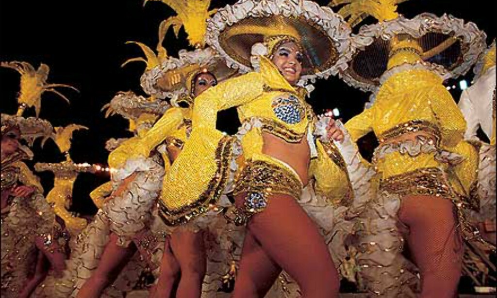 Dansende damer i gult i Santa Cruz de Tenerife. Foto: Spanias ambassade turistavdelingen Foto: Spanske ambassade turistavdelingen