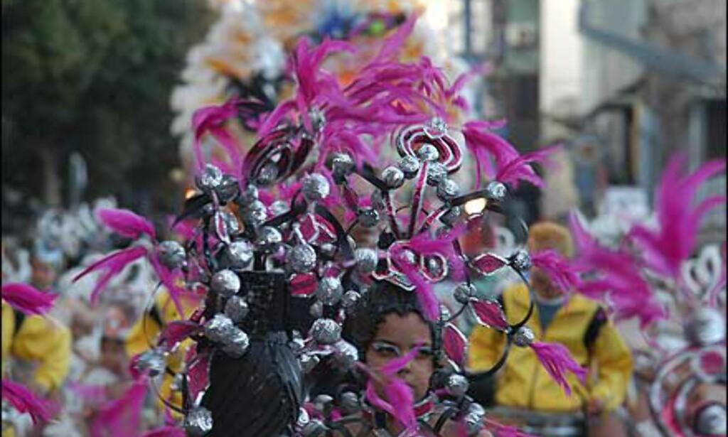 Med matchende hodepryd danser deltakerne gjennom gatene. Foto: www.laspalmascarnaval.com Foto: www.laspalmascarnaval.com