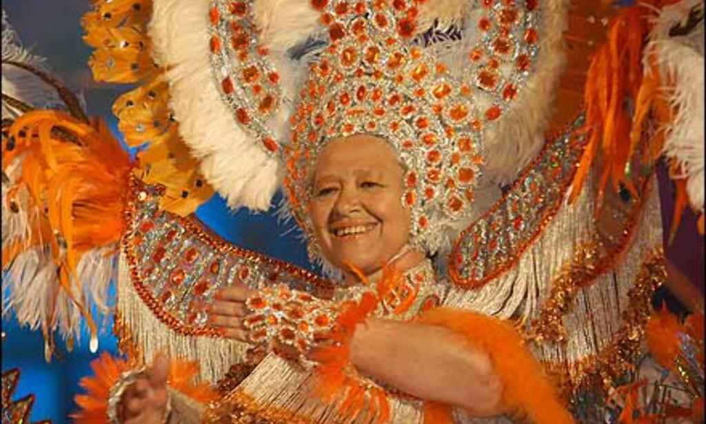 Fjorårets godt voksne dronning fra Las Palmas er ikke redd for flashy kostymer.  Foto: www.laspalmascarnaval.com