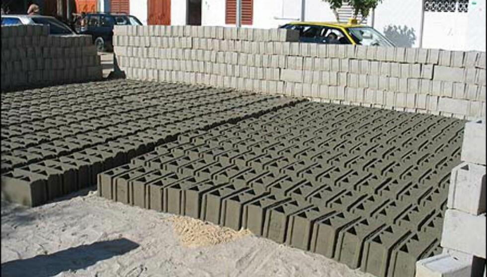 """Den hektiske byggeaktiviteten muliggjøres av en rekke lokale """"lecablokk""""-produsenter. Byggeelementene baseres på lokal sand og soltørkes midt i byen."""